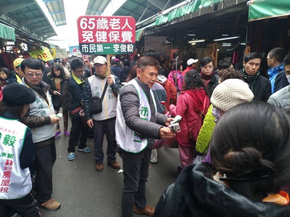 民進黨前秘書長李俊毅今到掃菜市場。圖/李俊毅提供