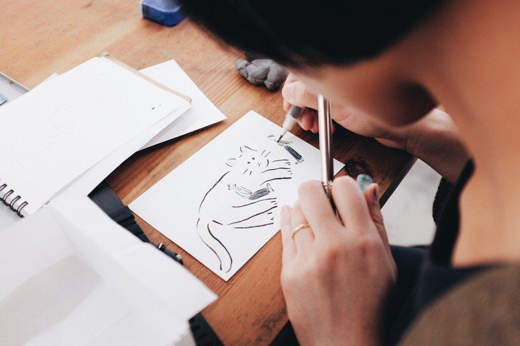 藝術家鬼頭祈進行現場似顏繪的道具們。記者沈佩臻/攝影
