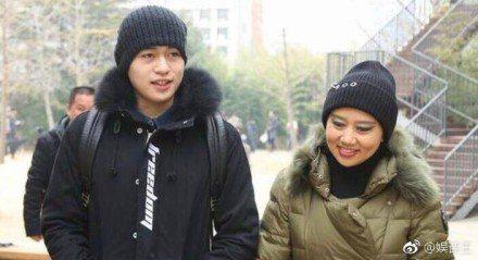 徐菲與媽媽。圖/摘自微博