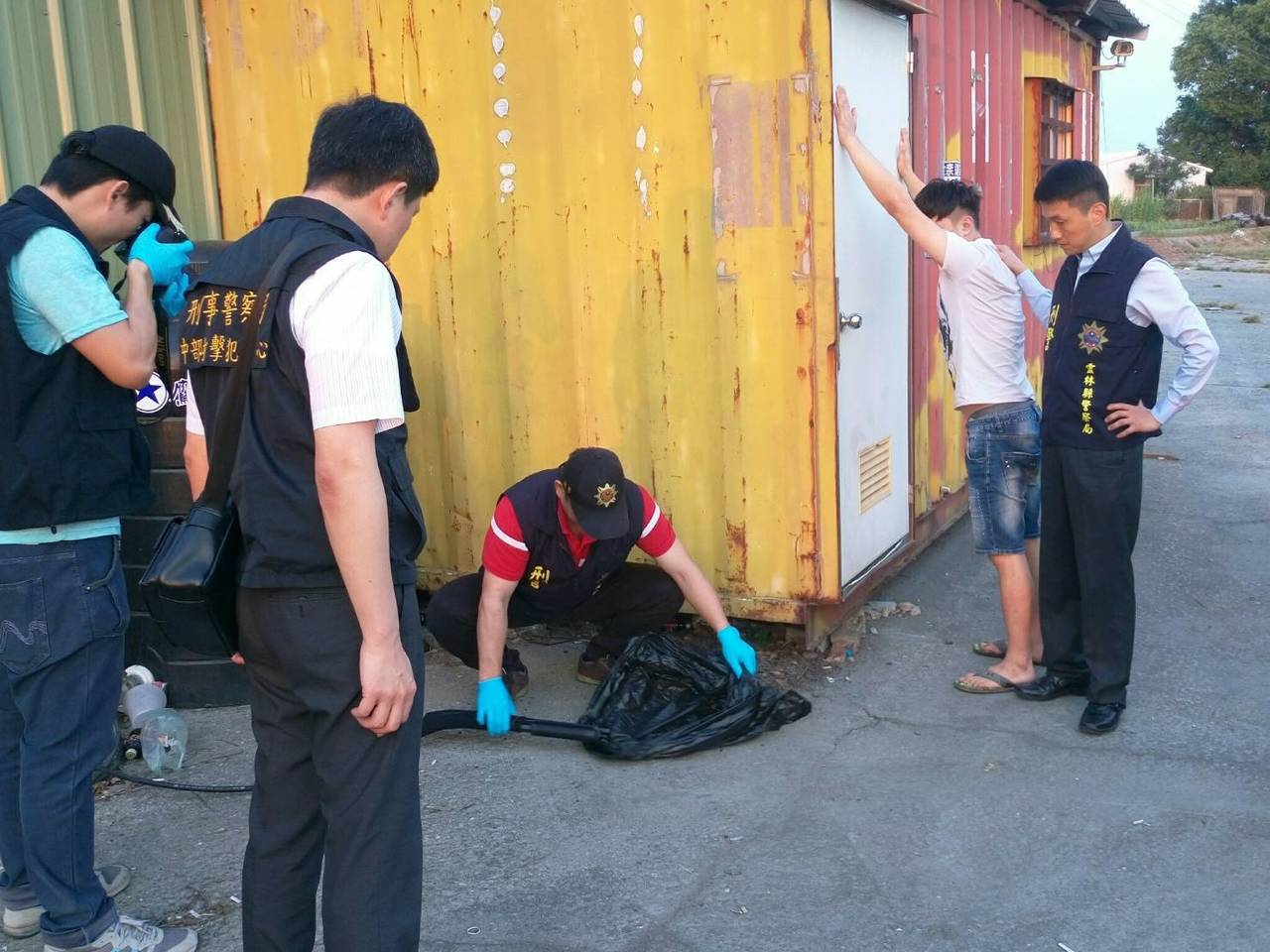 警方帶著黃嫌起出疑為作案用的霰彈槍。記者蔡維斌/翻攝