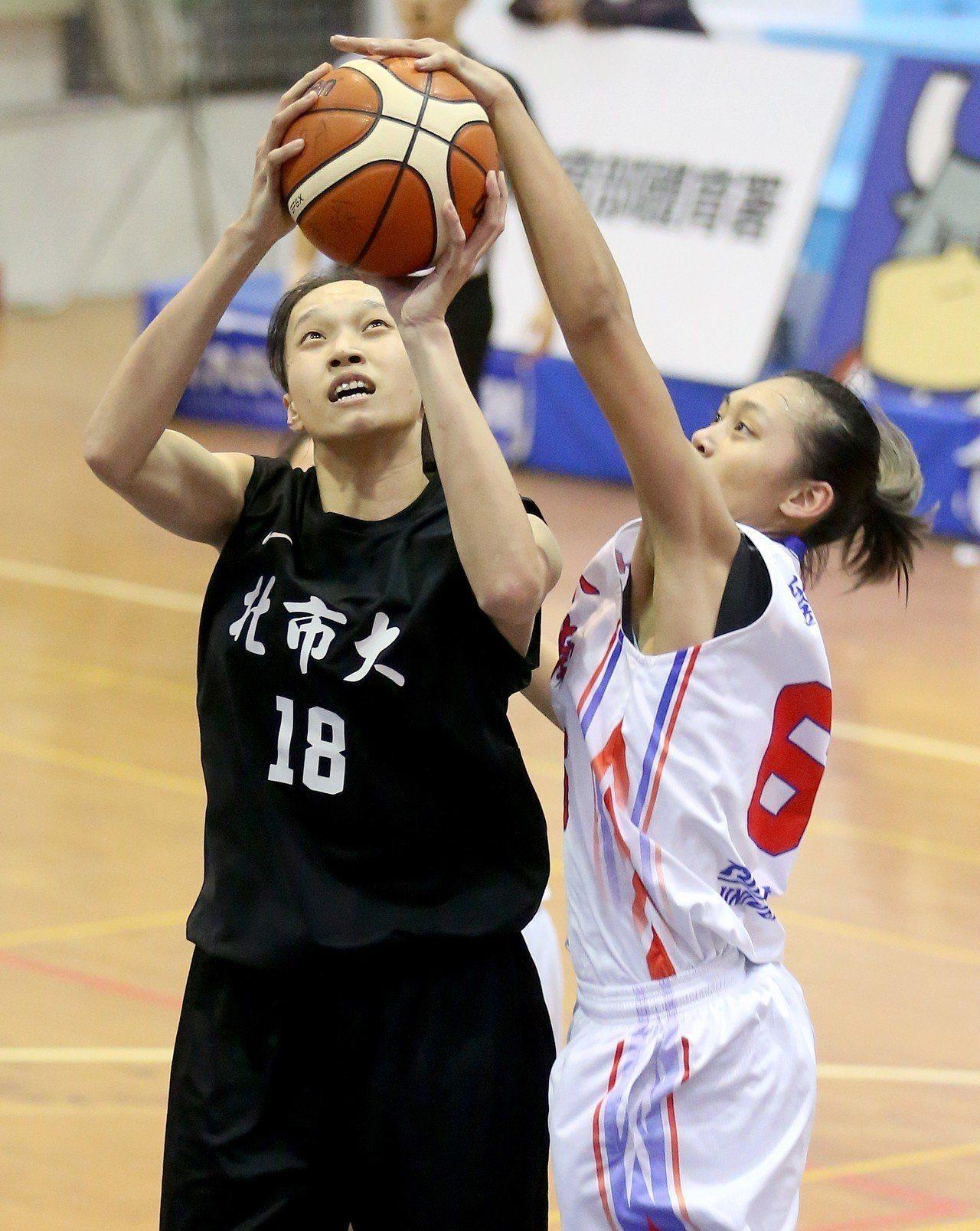 UBA大專籃球聯賽在台灣科大進行女子組賽事,北市大學史靜茹(左)出手時遭東南科大...