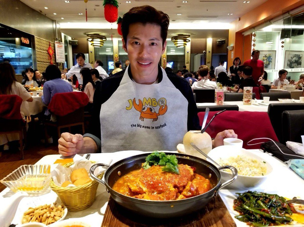 黃少祺赴新加坡作秀,看到辣椒螃蟹趁機大嗑美食。圖/華人創作提供