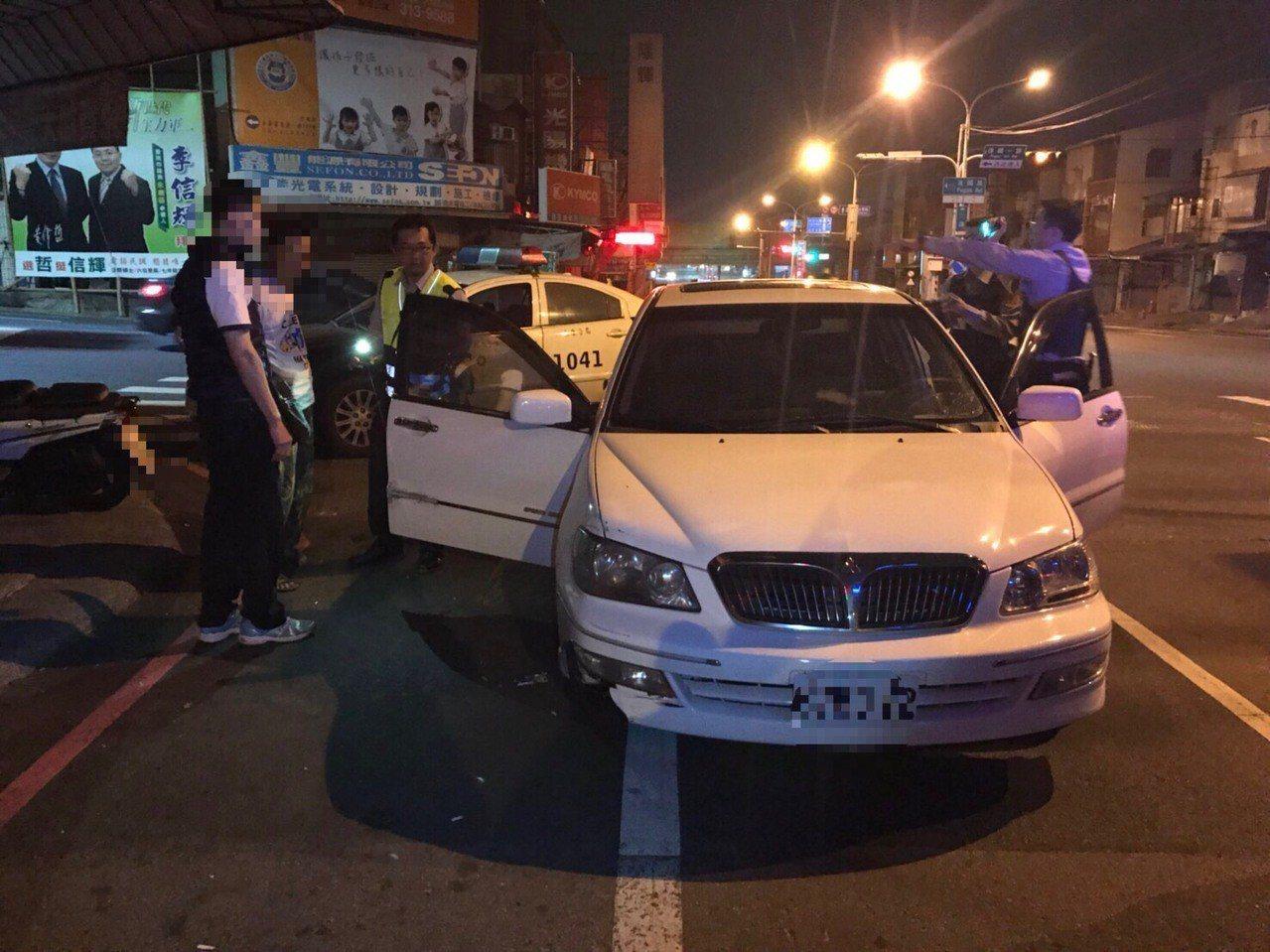 李男駕駛的自小客車遇到警方就倒車閃避,引起警方懷疑,上前盤查。圖/翻攝畫面