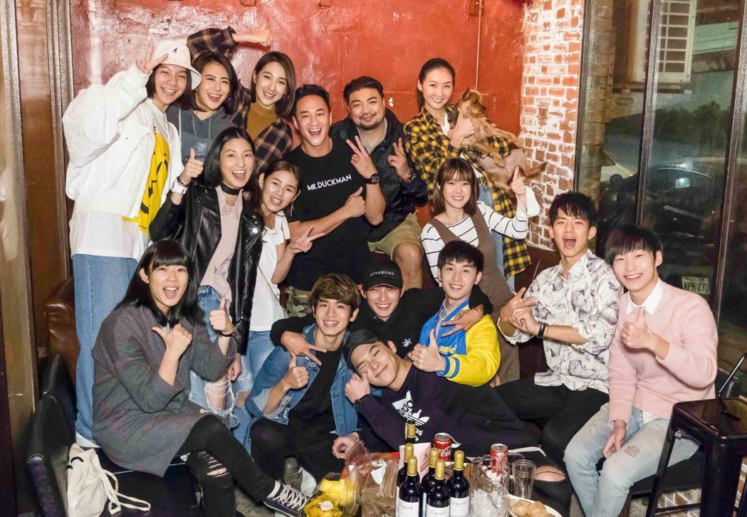 「翻牆的記憶」眾演員齊聚看首播。圖/TVBS提供(  ※ 提醒您:禁止酒駕 飲酒...