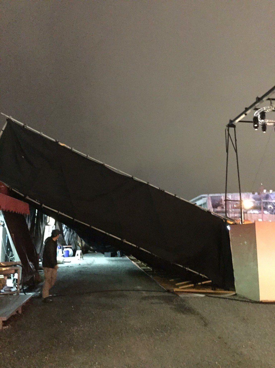 花蓮晚間刮起然一陣怪風,將燈會後方的舞台燈架吹倒。圖/民眾提供