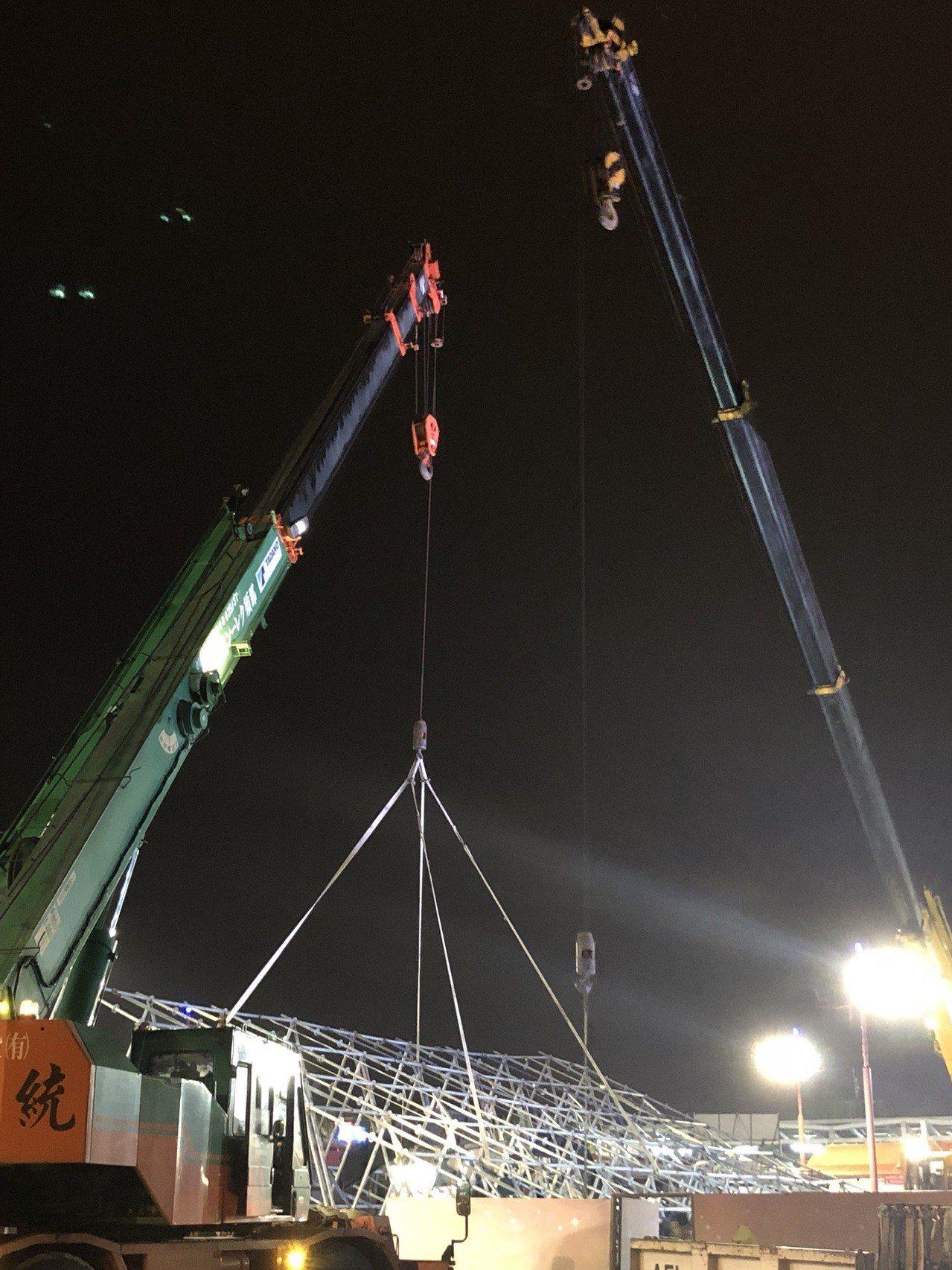 花蓮燈會有一排鐵架因陣風太大陣風8級,向後倒,已用叫吊車吊起來。圖/民眾提供