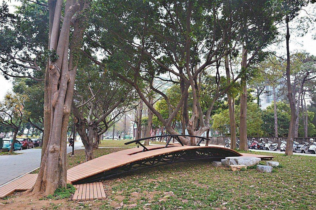 新竹市東大路到果菜市場近一公里的新竹綠園道地景藝術啟用,圖為通往大榕樹的地景藝術...