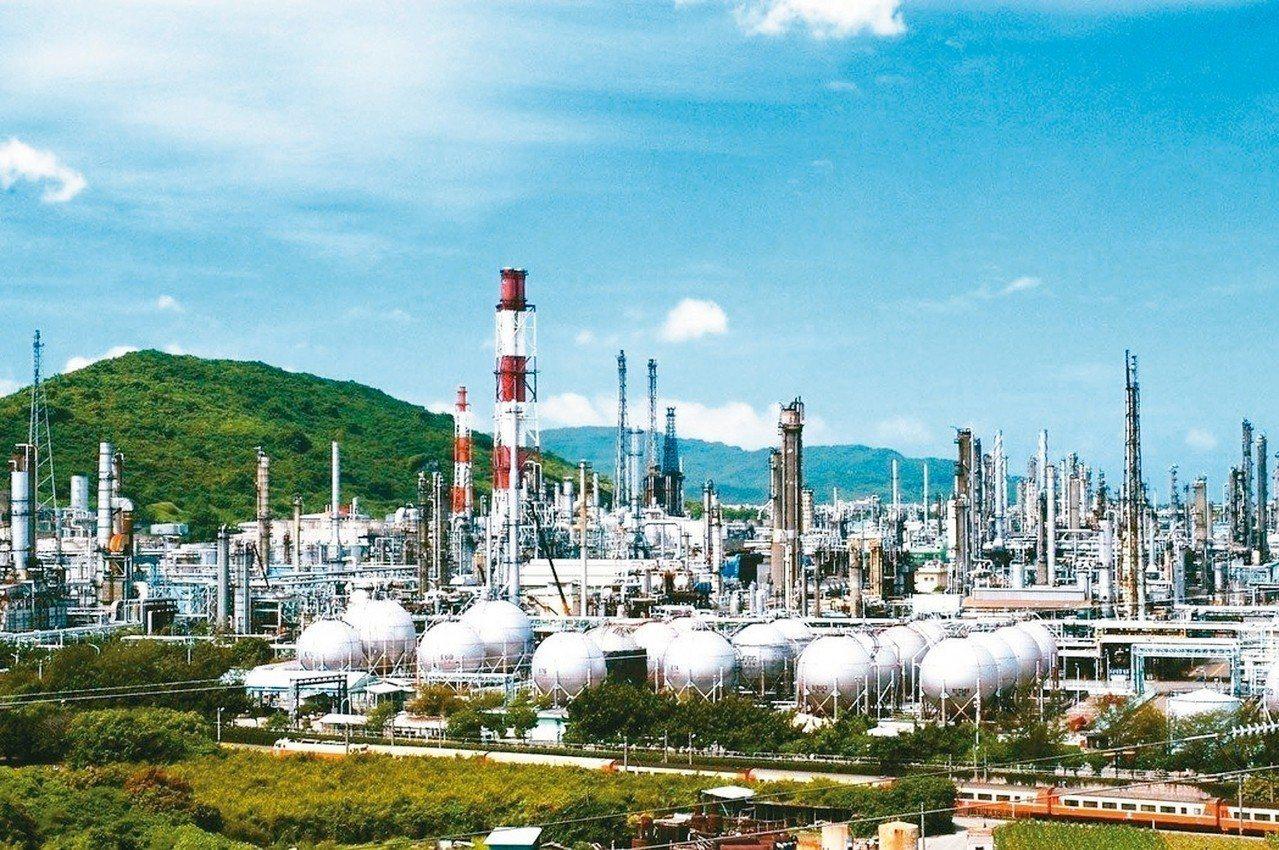 高雄煉油廠位於半屏山麓,面積廣達262公頃。圖/報系資料照 圖/聯合報系資料照片