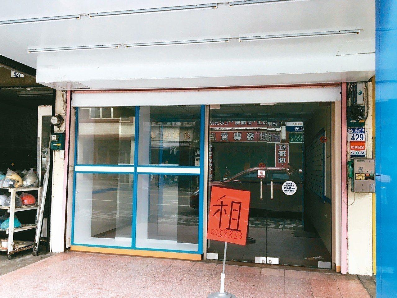 地震後,花蓮街頭出現倒店潮,各處可見紅色的出租等字樣。 記者徐庭揚/攝影