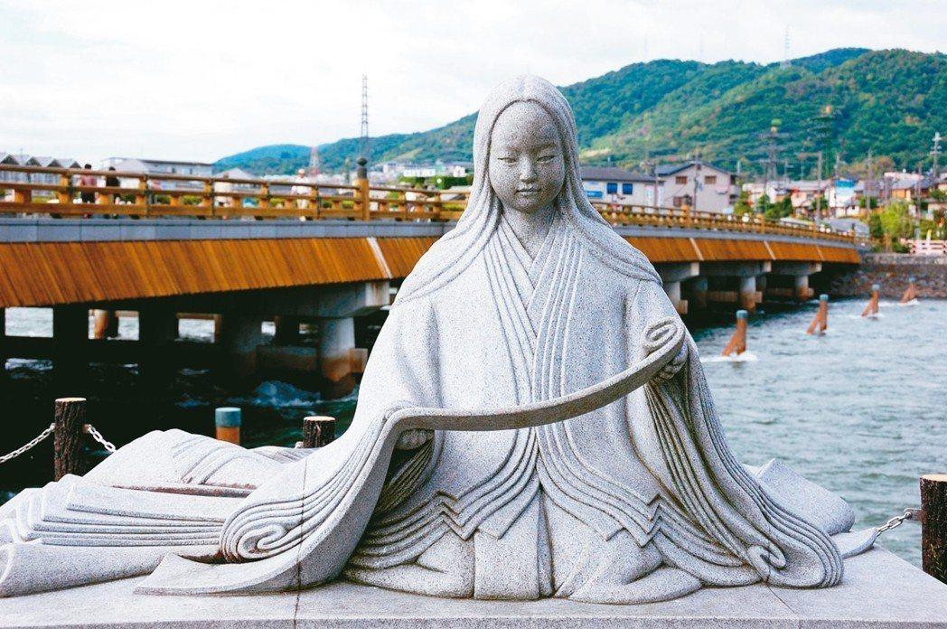 紫式部石像位於宇治的夢浮橋畔。 圖/有行旅提供
