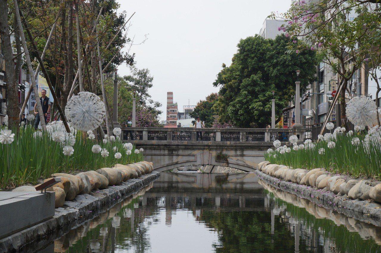 台中市綠川整治後,成為熱門的拍照打卡景點。 記者洪敬浤/攝影