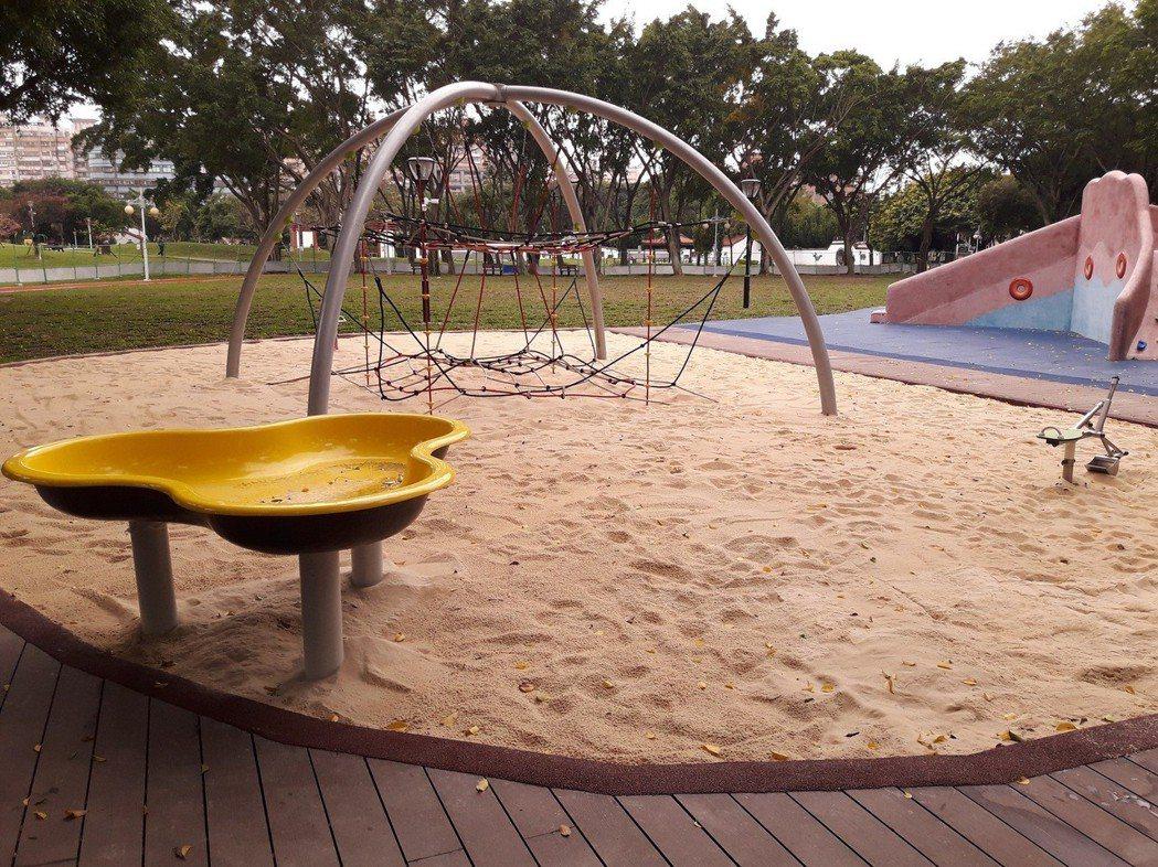 板橋溪北公園原有組合遊具老舊,公所聽取地方意見後新闢大型章魚滑梯、沙坑以及鳥巢式...