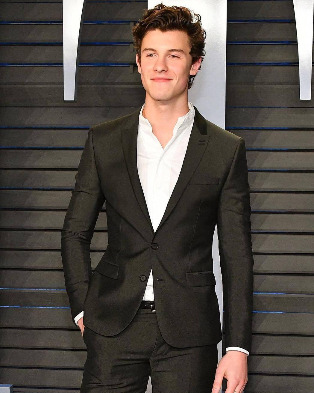 歌手Shawn Mendes雖是黑西裝造型,但是不打領帶,看來既輕鬆又自在。 圖...