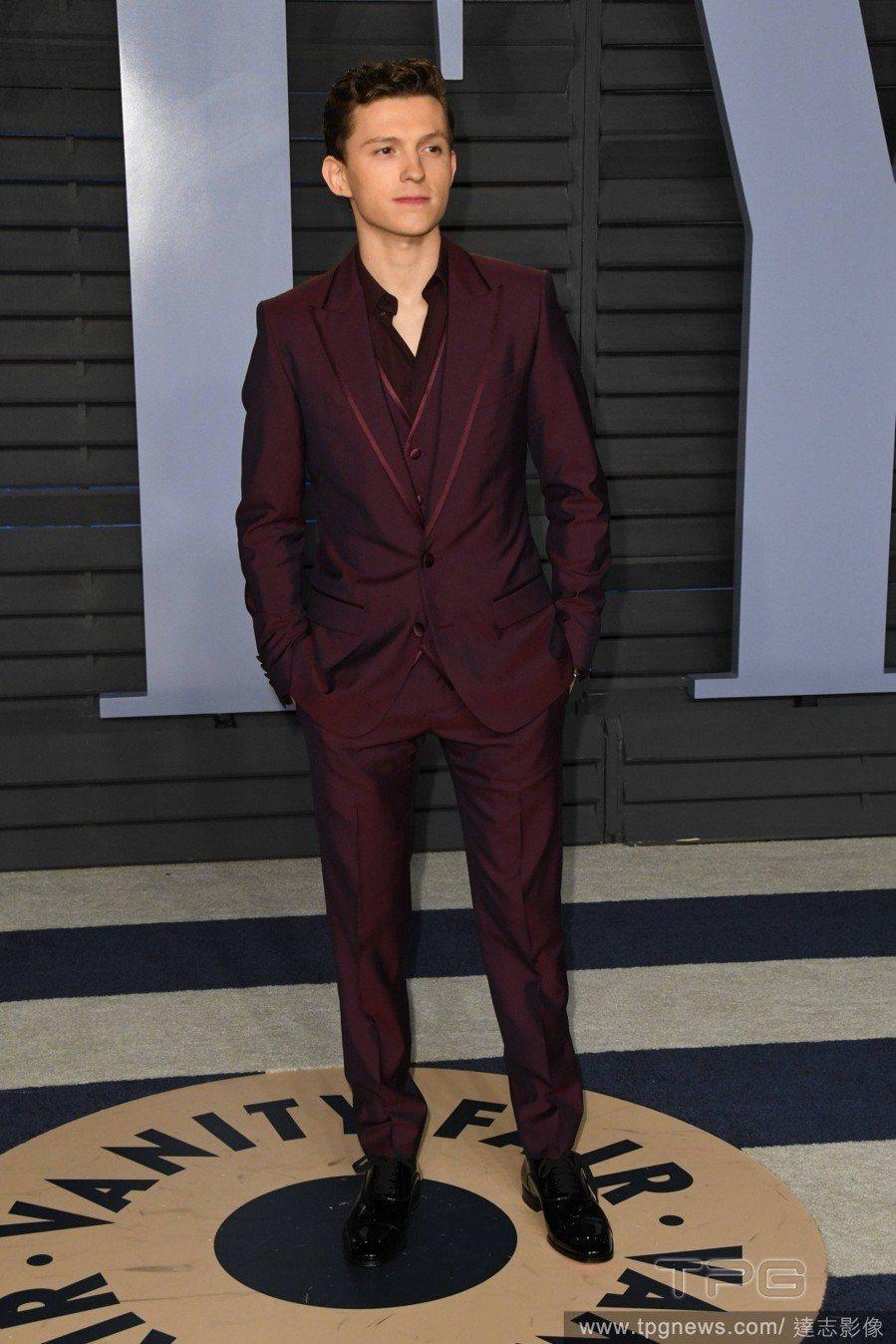 「蜘蛛人」Tom Holland改以勃根地紅的晚宴服參加派對,不繫領結的穿搭,反...