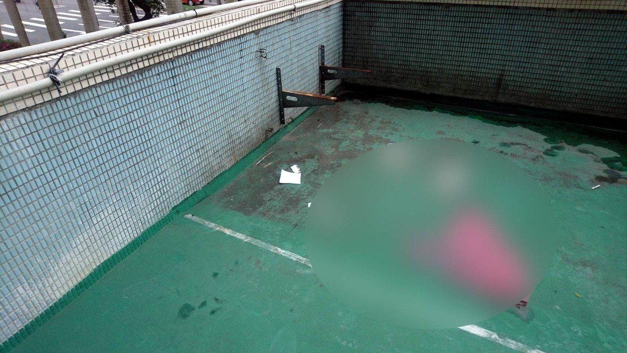 男童跌落在二樓平台,還留有血跡。記者李承穎/翻攝