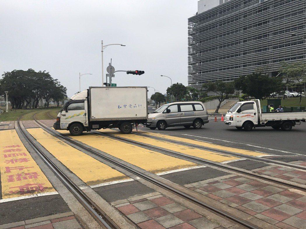 高市凱旋路、前鎮街口的共用路口,已發生5起輕軌車禍。警方分析共用路面太短,轉彎車...