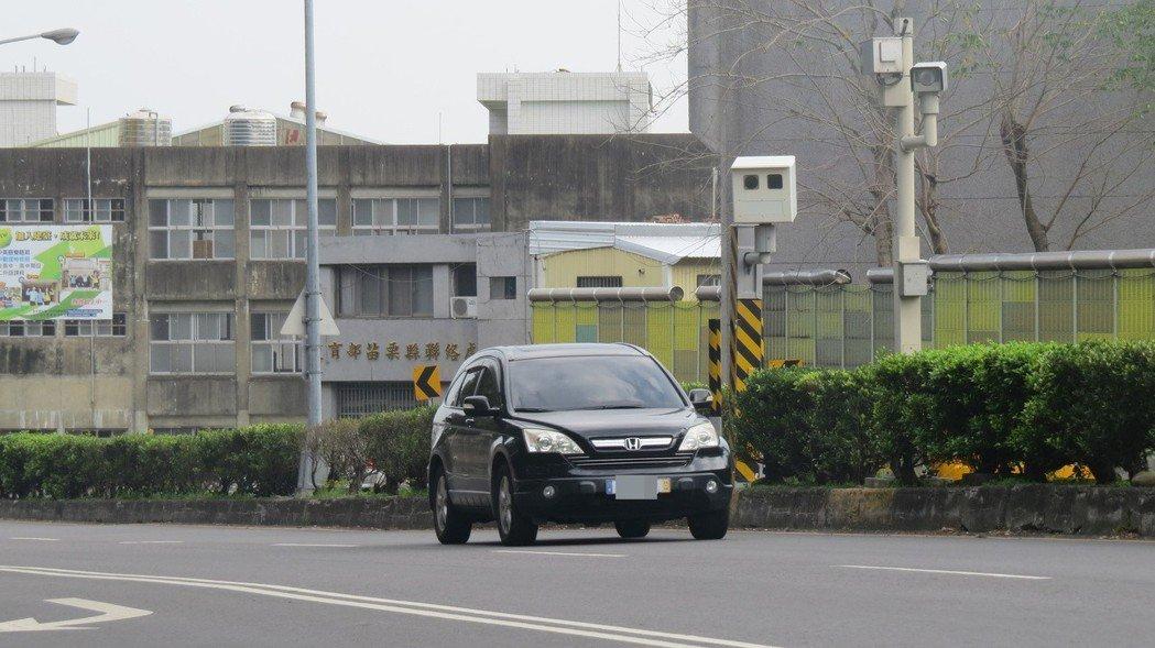 苗栗市國華路固定式違規照相桿最近轉向,一些民眾走告親友。 記者范榮達/攝影