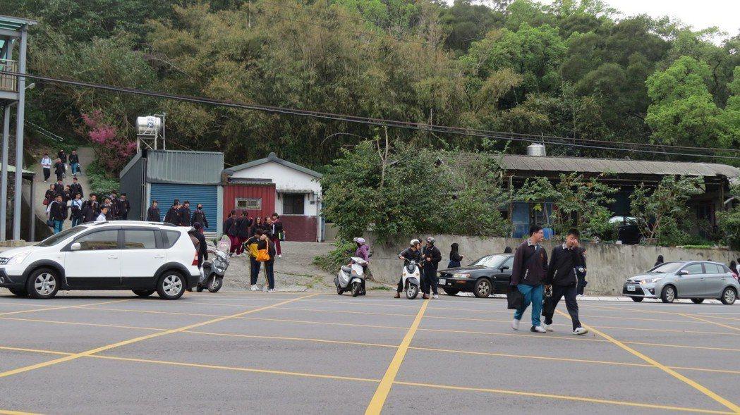苗栗市國華路固定式違規照相桿設置地點,附近有不少學校,警方說部分家長反映而轉向。...