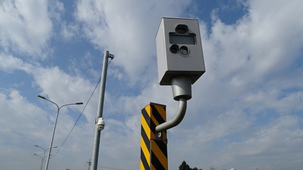 可調式測速照相桿被許多鄉民戲稱是「殺手級」,提醒勿超速。 圖/聯合報系資料照片