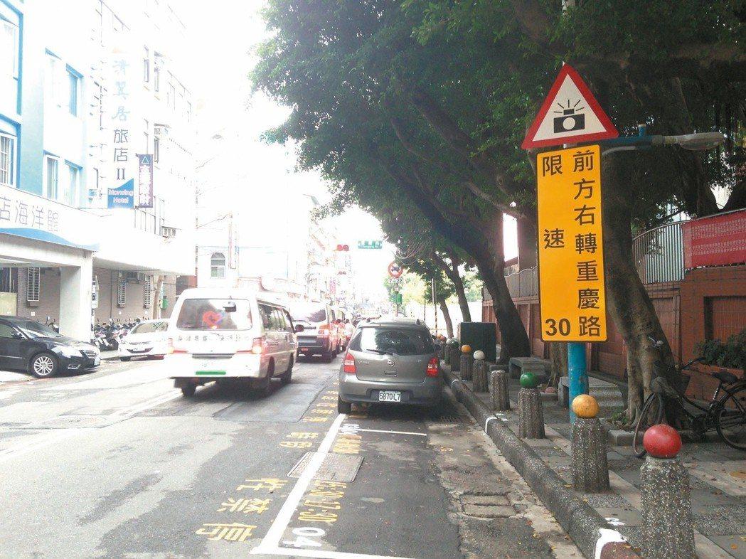 「前有測速照相」標誌統一換成新款,看到相機標誌記得要減速。 圖/交通部提供