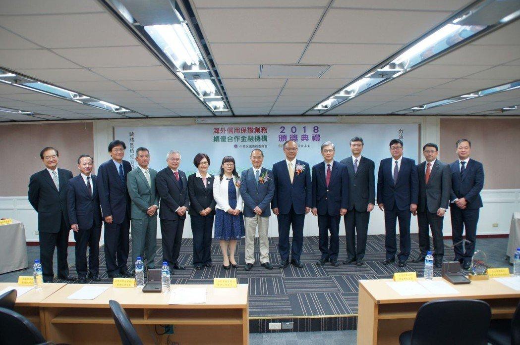 僑委會委員長吳新興(左八)和與會貴賓合影。海外信保基金/提供