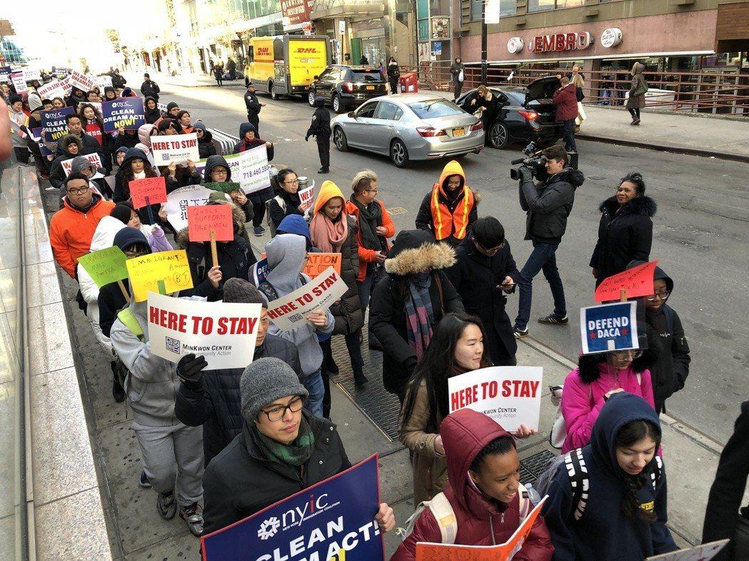 民權中心等多個團體在美國紐約法拉盛遊行集會,支持夢想生。 記者朱蕾攝影