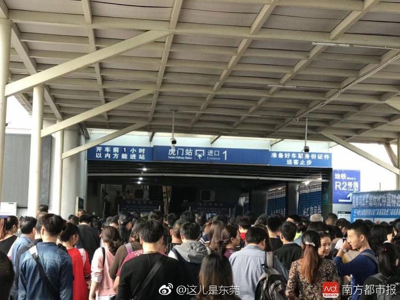 廣深港高鐵癱瘓困萬客8小時。南方都市報