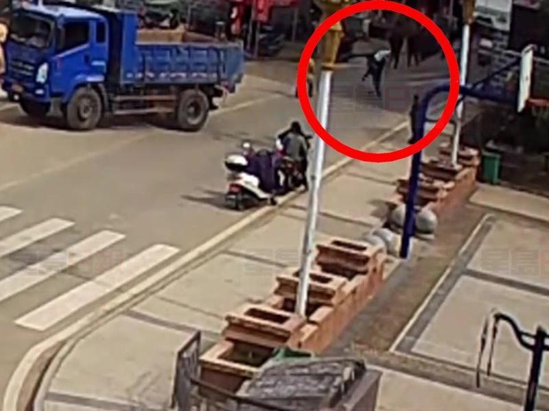 女子車禍倒地昏迷,一名男子路過見狀,當機立斷背起傷者送醫。 圖/擷自星島日報