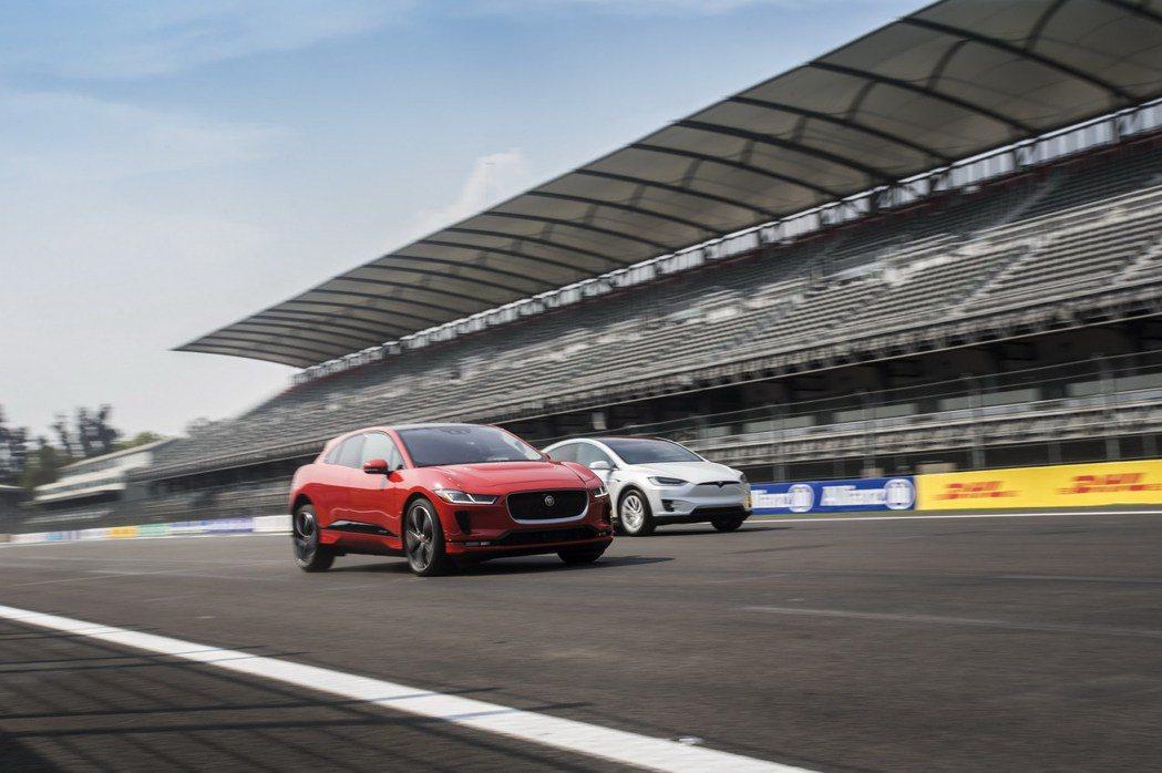 Jaguar I-Pace在發表之際找來了Model X進行直線加速對決。 摘自Jaguar