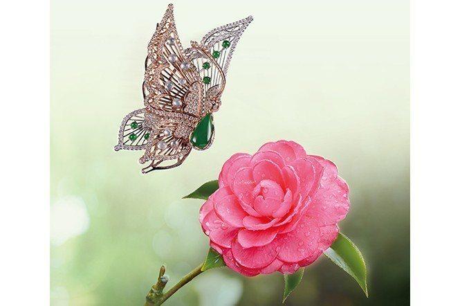 蝴蝶圍繞著豔麗的茶花,彷彿在向美麗的花朵展現她也有絢麗的衣裳。(珠寶提供/翁慧珠...