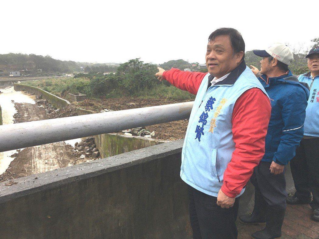 三芝區的埔頭坑溪護岸加高工程,市議員蔡錦賢關心工程進度,希望要趕在農忙季節前完工...