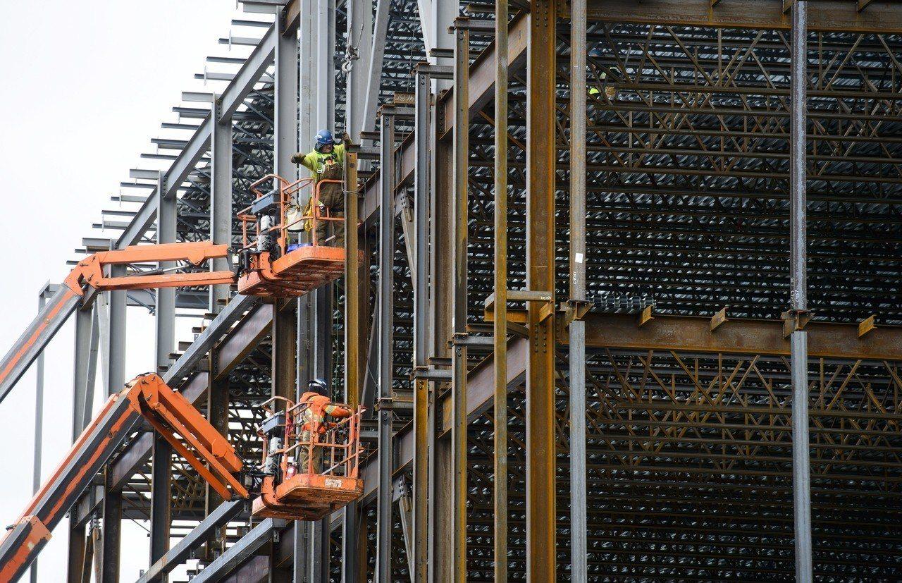 儘管美國眾院議長萊恩在內的保守派議員憂心警告,川普提高進口鋼鐵和鋁材的關稅可能引...