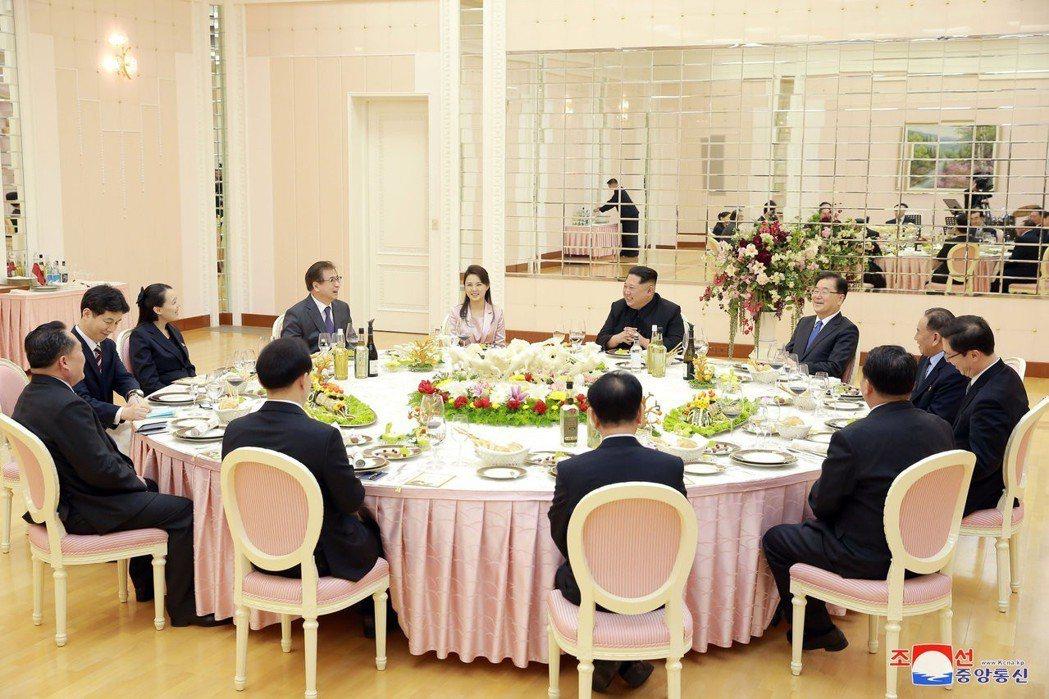 金正恩與夫人李雪主5日晚間在北韓勞動黨總部金達萊館,親自設宴款待南韓特使團一行1...