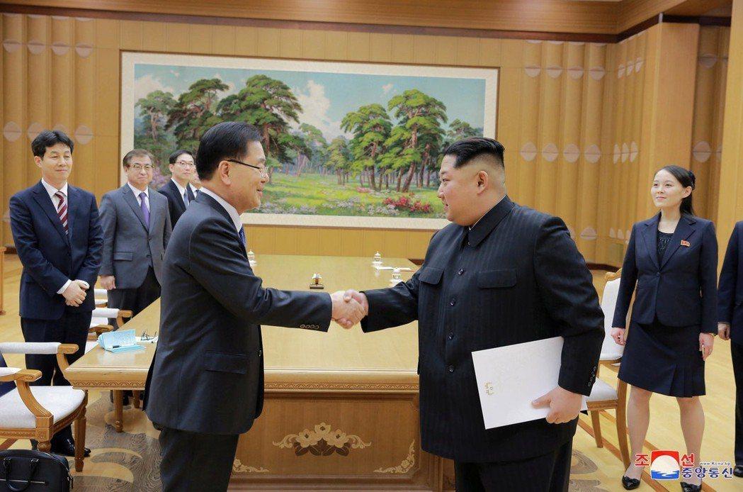 北韓領導人金正恩與南韓總統特使團成員握手致意,並收下南韓總統文在寅親筆信。路透