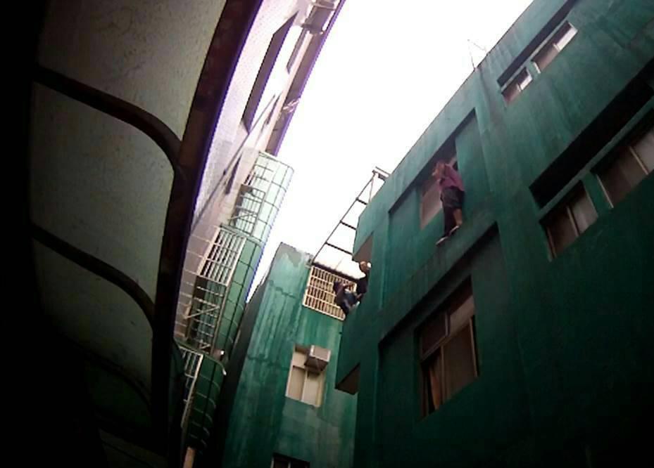 桃園市李姓男子偷許姓攤商背包後,遭警方圍捕時,逃往三樓牆緣進退不得。圖/警方提供