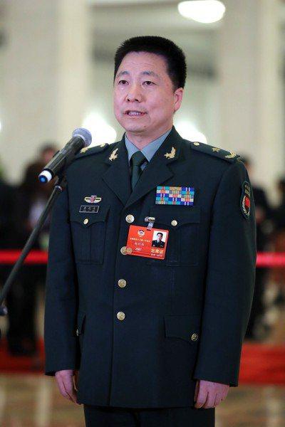 全國政協委員楊利偉在委員通道接受採訪。新華社