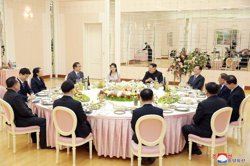 北韓領導人金正恩與夫人李雪主5日晚間在北韓勞動黨總部金達萊館以晚宴款待來訪的南韓...