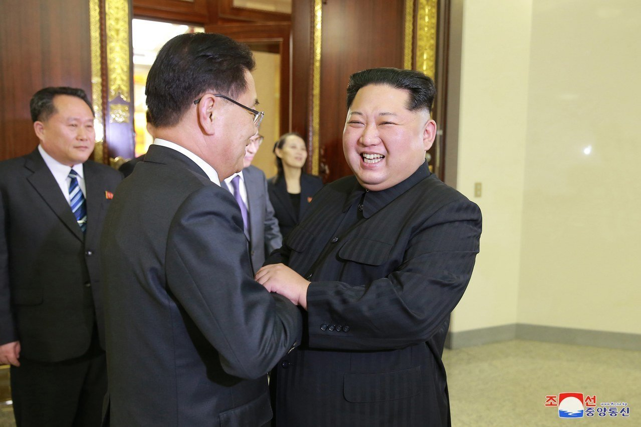 北韓領導人金正恩(右)5日熱情歡迎來訪的南韓特使團。歐新社