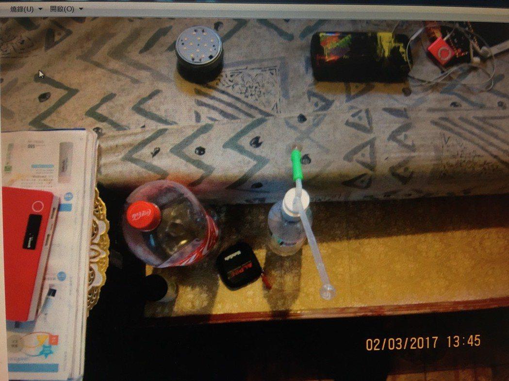 警方在桌上查獲安非他命、吸食器等。記者游明煌/翻攝