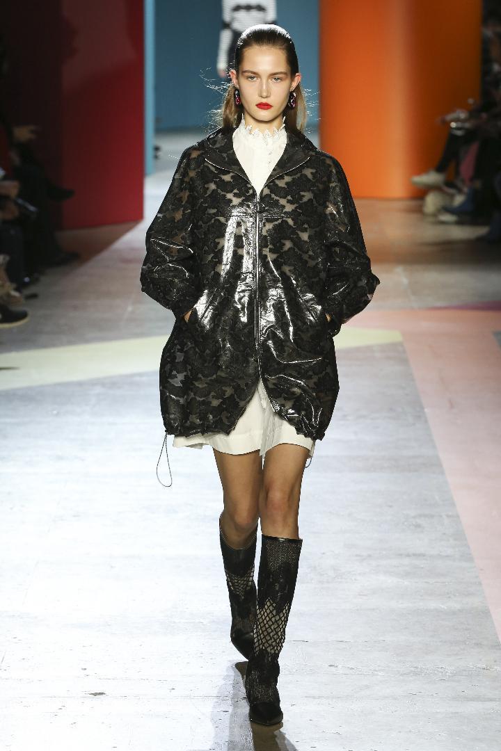 收腰的A Line輪廓、圓弧度的蓬裙等混搭毛料、雨衣膠感材質、蕾絲、烏干紗等呈現...