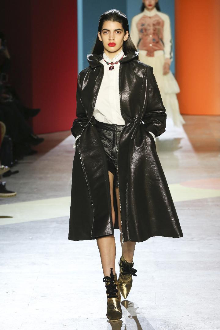圓弧度的蓬裙等混搭毛料、雨衣膠感材質、蕾絲、烏干紗等呈現,運動風夾克和休閒風衣等...