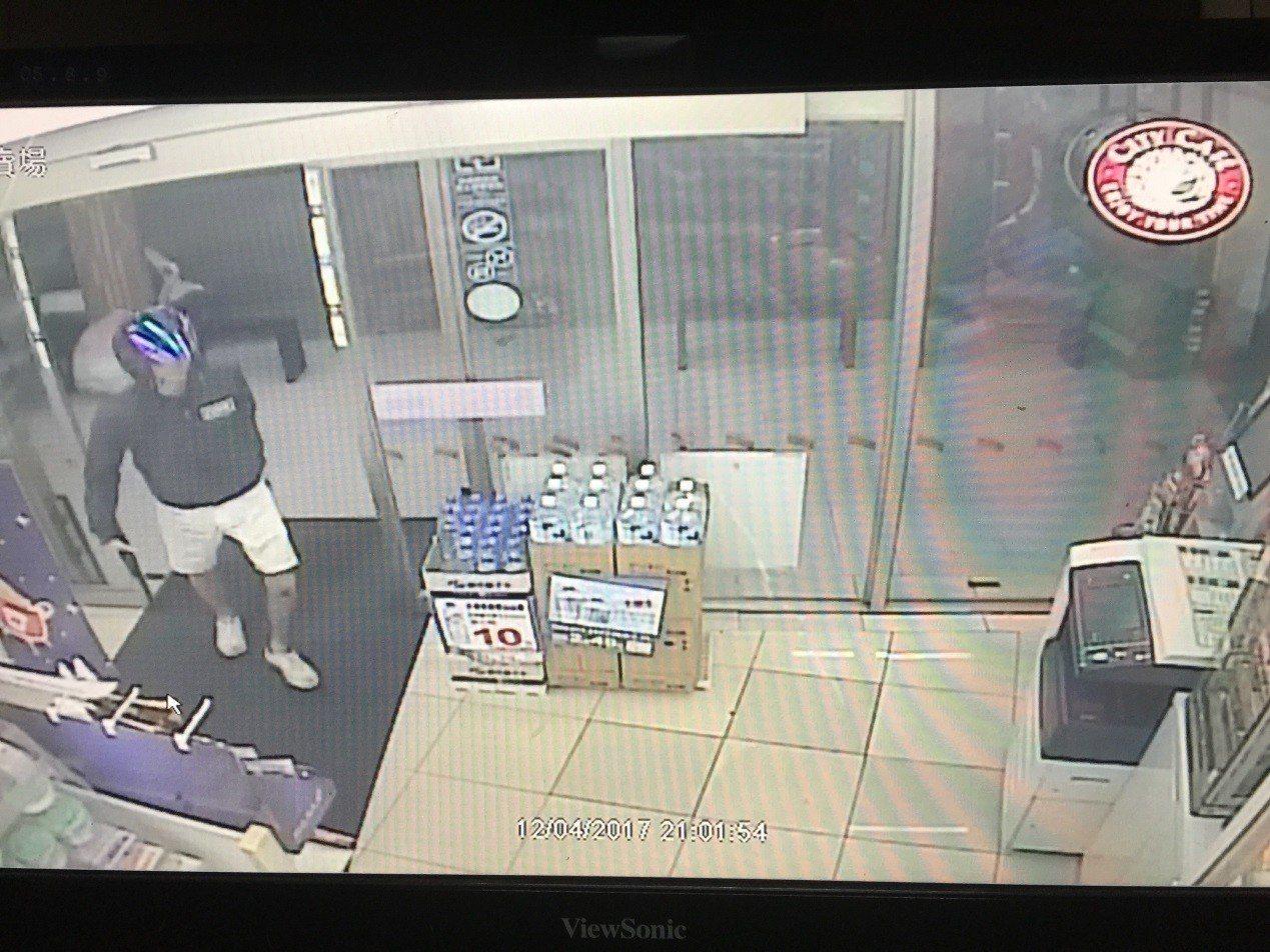 陳姓少年身兼詐騙集團首腦與車手,自己也到超商ATM盜領。 記者林昭彰/翻攝