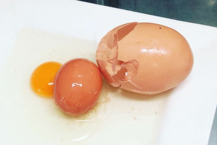 澳洲昆士蘭省有蛋農打破一顆巨大雞蛋後發現,裡頭還有另顆完整雞蛋。史托克曼雞蛋農場...