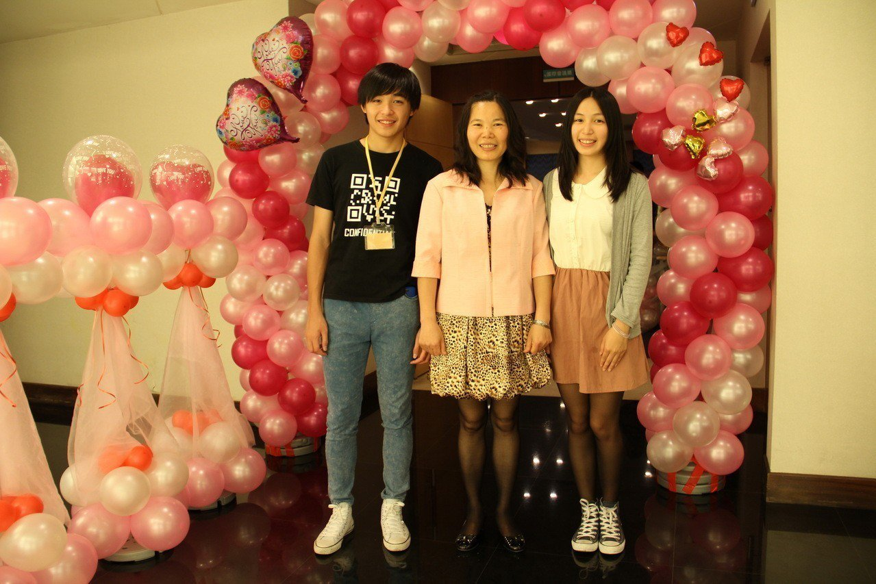 陳寧君(右起)與家人合照。圖/桃園家扶中心提供