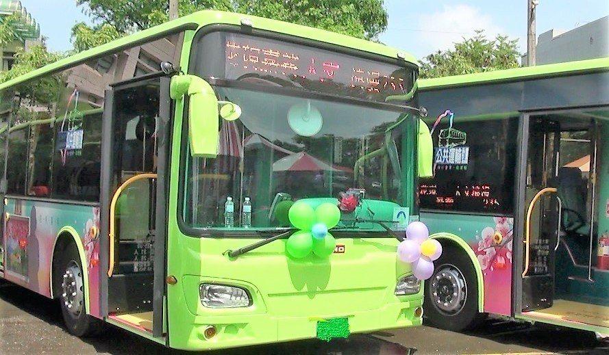 阿里山櫻花季將到,嘉義縣公車加開賞花班車。記者卜敏正/攝影