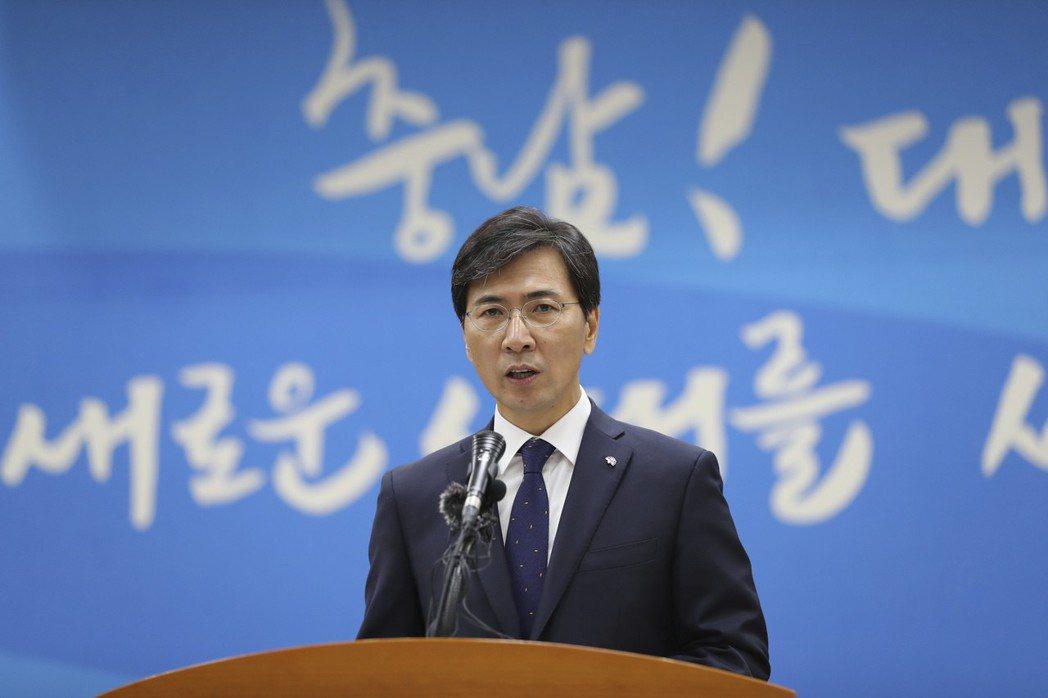 圖說:南韓前忠清南道知事安熙正2017年12月18日在當地發表演講。隨著秘書金智...