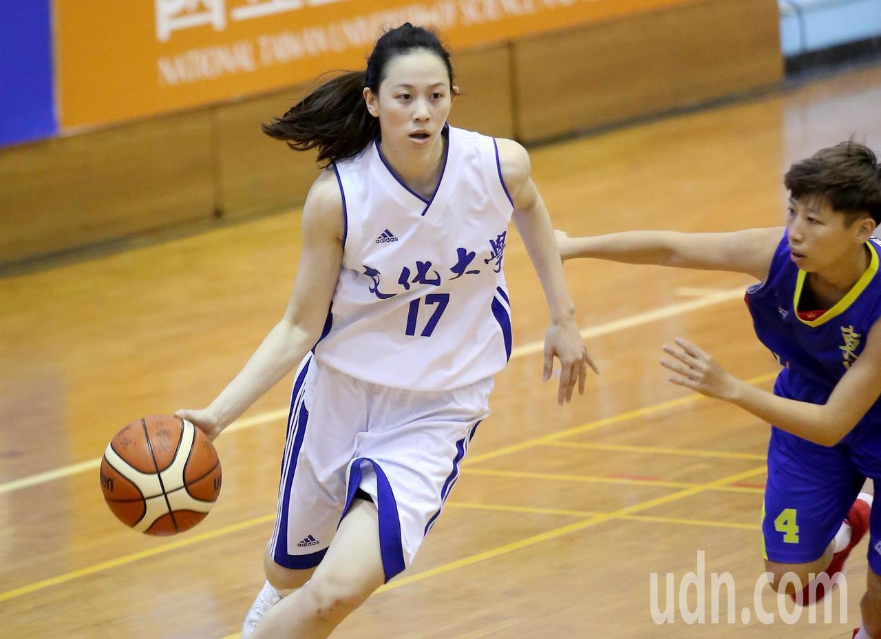UBA大專籃球聯賽在台灣科大進行女子組賽事,文化大學黃鈴娟(左)切入突破防守。記...