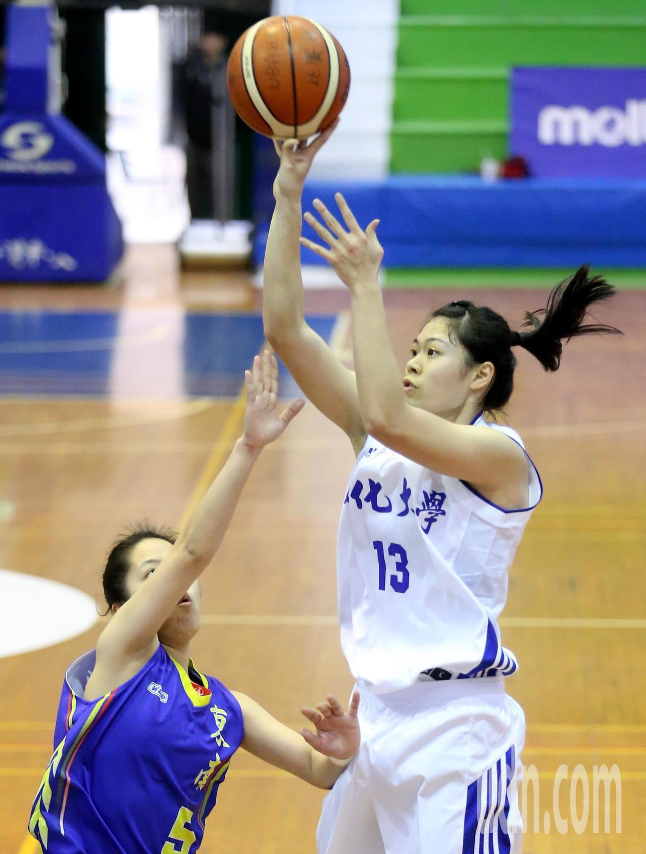 UBA大專籃球聯賽在台灣科大進行女子組賽事,文化大學戴宜庭(右)在中距離跳投得分...