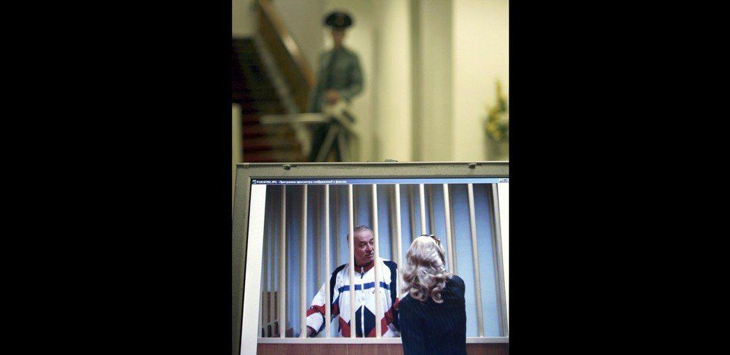 史柯里帕2006年被俄國判刑後,隔著鐵窗和律師談話。美聯社