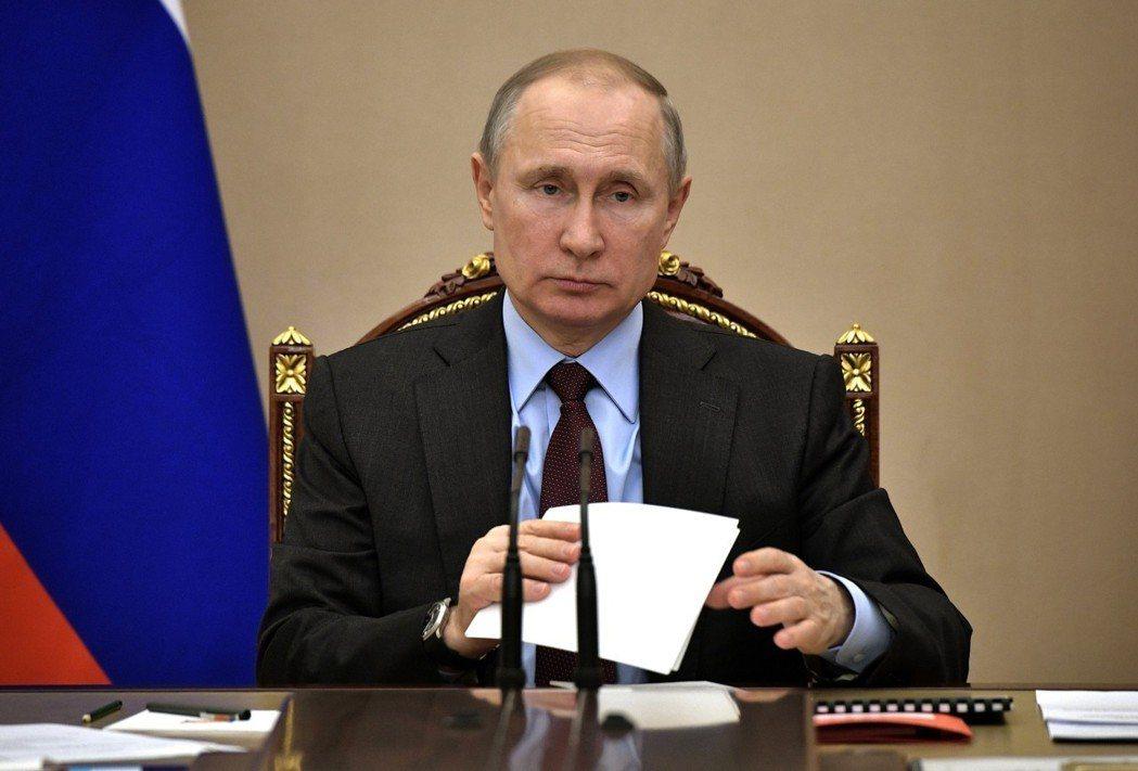 俄國總統普亭5日在莫斯科主持軍事科技合作委員會會議。美聯社